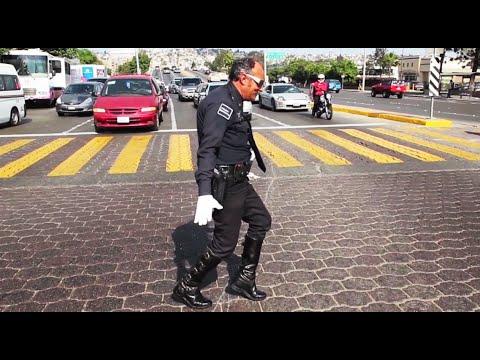 Agent regelt verkeer zoals Michael Jackson