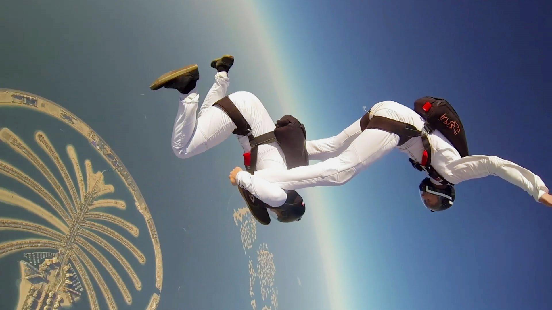 Gesynchroniseerde skydive boven Dubai