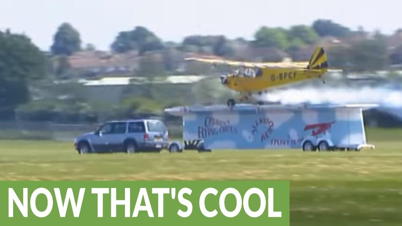 Vliegtuig landt op rijdende trailer