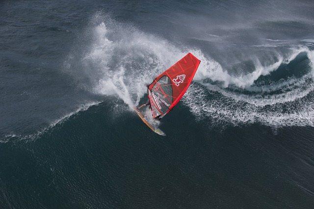 Surfers trotseert golven